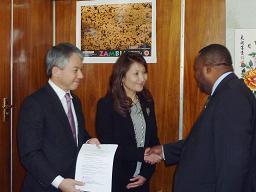 ザンビア農業大臣と代表理事 原丈人の写真
