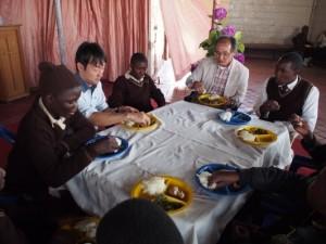 子供達と給食を共にするDICライフテックのお二人