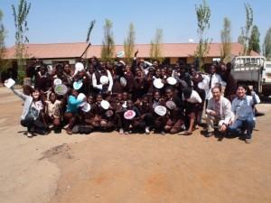 衛生・栄養教育の授業に参加した生徒たちとDICライフテック株式会社ご担当者様との記念写真