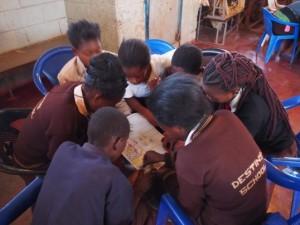ザンビアの子供たちがグループワークをしている場面