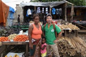 ザンビアのローカルマーケットで地元の母娘と写した写真