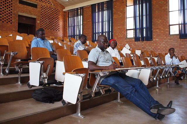 講義を受けるUNZAの学生たち