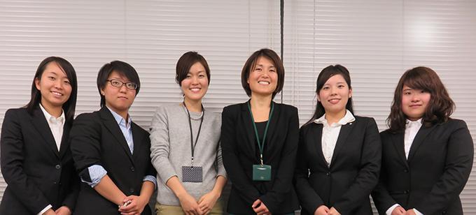 プロジェクトメンバーの学生と財団職員
