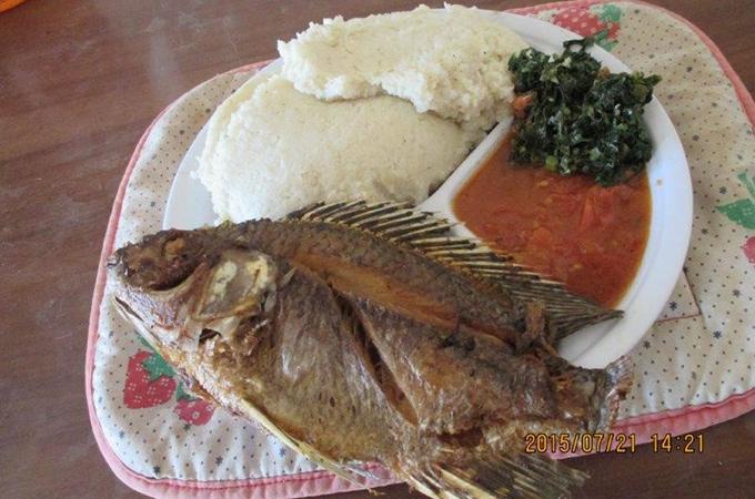 ボリュームの川魚とシマ、ソースと野菜