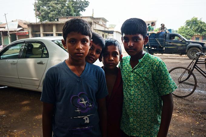緊張した様子のバングラデシュの子どもたち