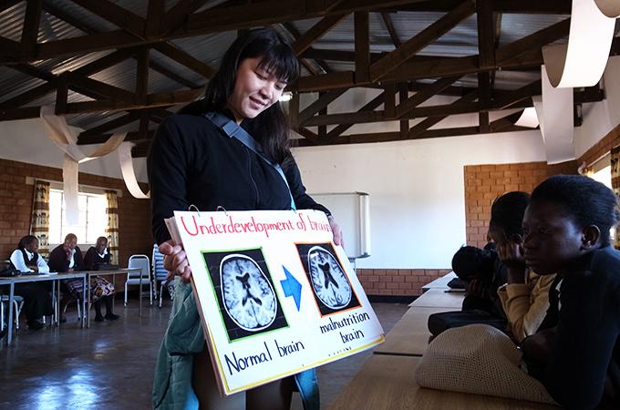 脳の発達の違いを見ているザンビアの学生