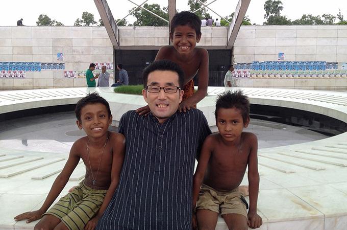 バングラデシュの子供たちと駐在員