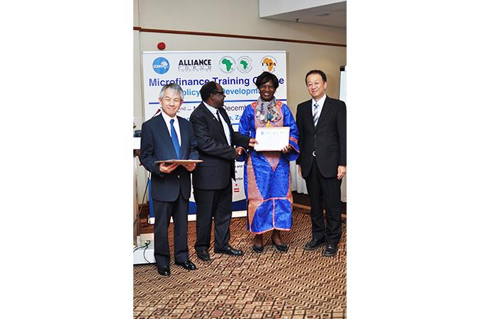 原代表理事と修了証を受け取ったコンゴからの参加者
