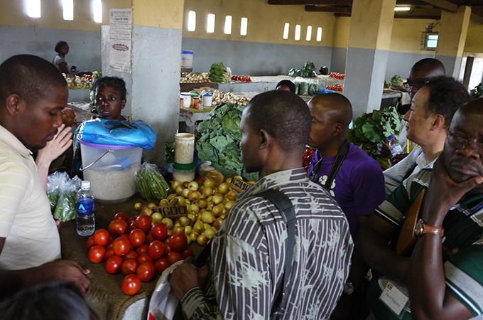 野菜売りの零細企業にインタビューする研修参加者の様子