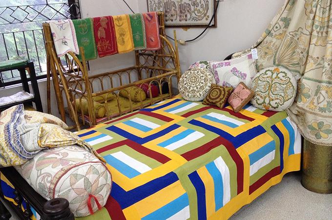バングラの伝統刺繍で作られたベットカバーなど