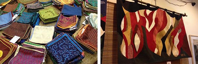 色とりどりのクッションカバーと赤黒ベージュの色鮮やかな暖簾の写真