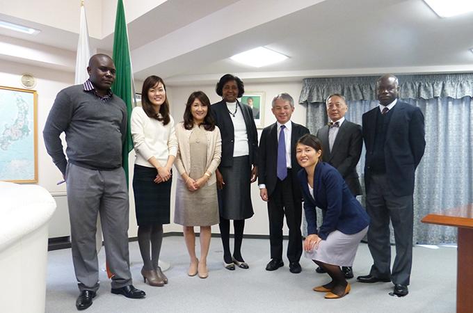 駐日ザンビア大使のンディオイ・ムリワナ・ムティティ閣下と記念撮影