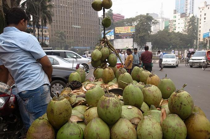 山積みで売られているココナッツジュース