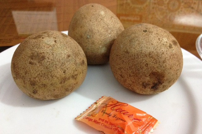 ジャガイモのように見えるフルーツ サポジラ